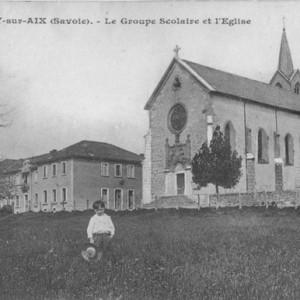 École de filles et de garçons. La cour était séparée par un mur en pierres d'environ 1m50 de haut.