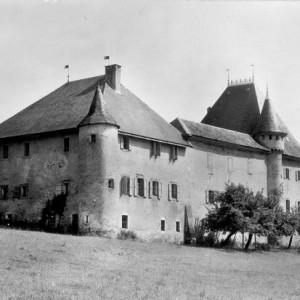 Le château de Loche au hameau de Droise en direction de St Girod.
